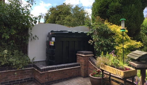 Oil tank with fire protection to boundary fence